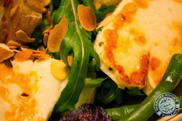 Lauwe salade met rode biet, boontjes en halloumi