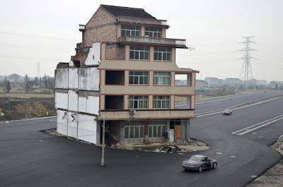 Bangunan kediaman di tengah jalan raya