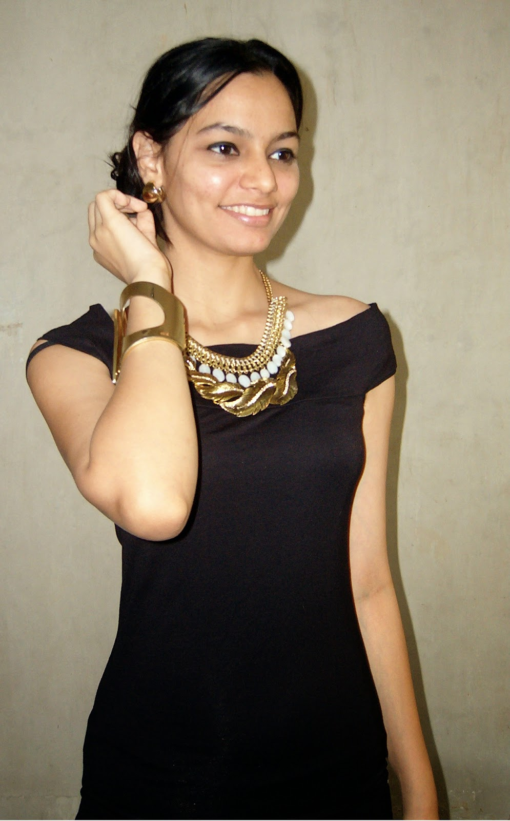 how to layer necklaces, how to wear two necklaces, gold necklace, gold leaf necklace, white bauble necklace, gold and black, mumbai street shopping, look for less