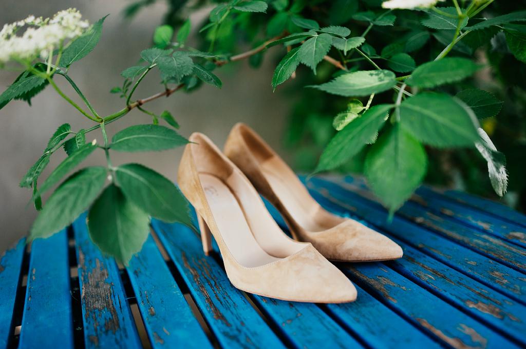 Bröllop skor på blått bord