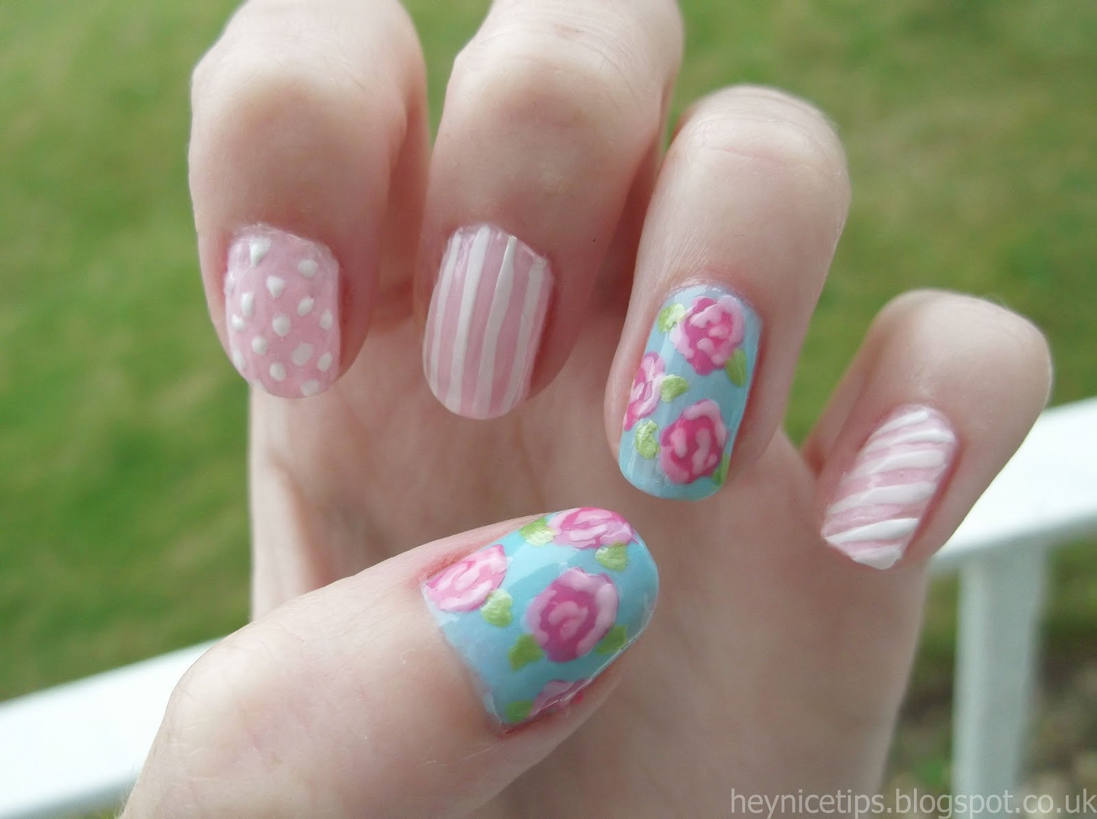 And this is the finished shabby chic/vintage rose nail art design :)