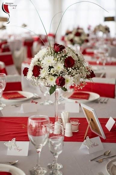 декорация от цветя за масите на гостите на сватбата с рози и хризантеми
