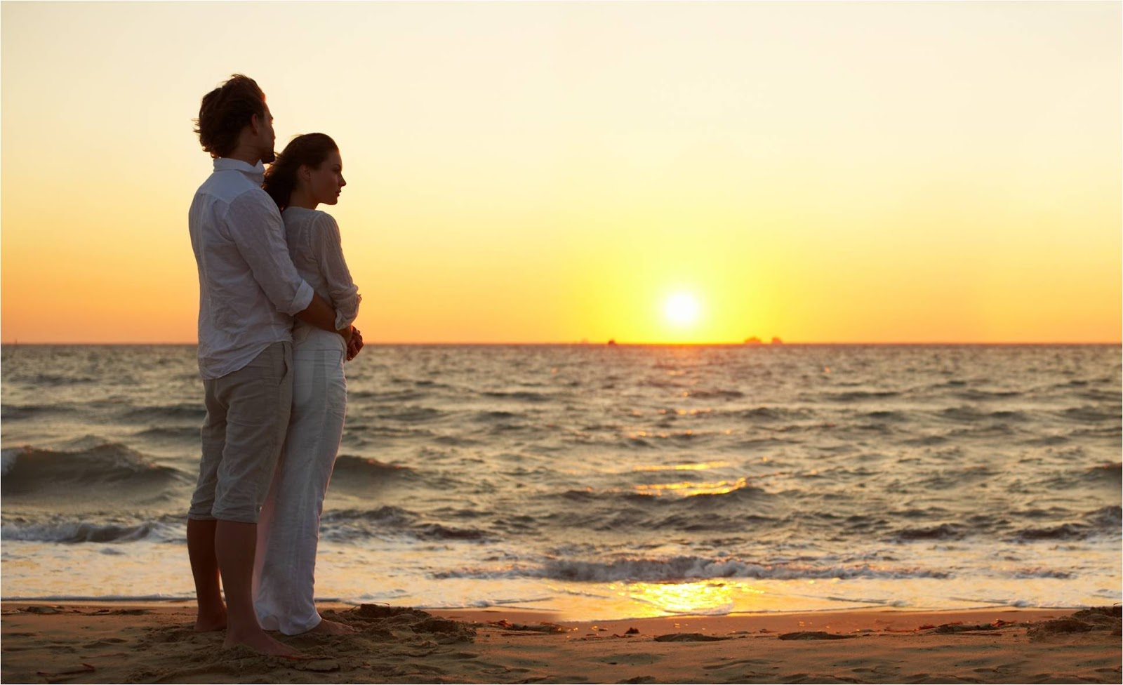женщина и мужчина на пляже-ащ2