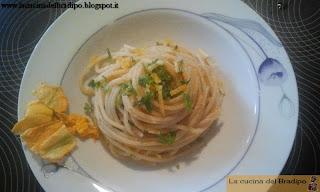 spaghetti con fiori di zucca e bottarga al profumo di limone
