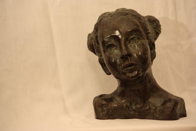 La jeune fille aux macarons (Bronze)