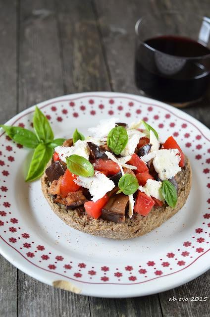 Friselle-alla-norma-con-melanzane-pomodoro-e-ricotta-salata