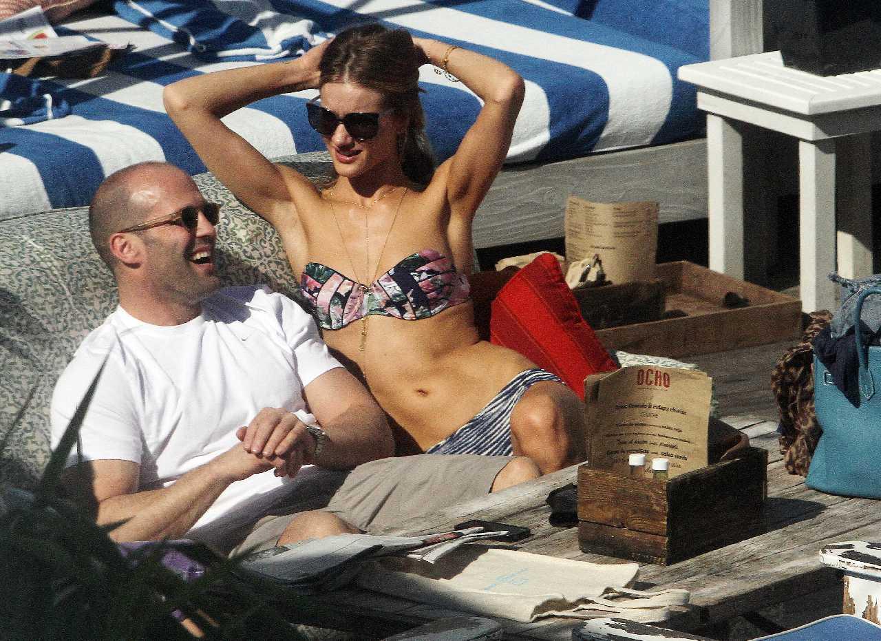 http://2.bp.blogspot.com/-H6Z6LrZHBQQ/TweRHjewntI/AAAAAAAAwco/4InSxDxCt7w/s1600/Rosie+Huntington-Whitely+Smokes+a+cigarette+and+slips+into+a+bikini+with+Jason+Statham+24.jpg
