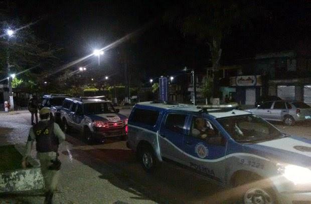 Viaturas da PM de outras cidades estiveram em Araçás para auxiliar nas buscas pelo grupo (Foto: Divulgação/Polícia Militar)