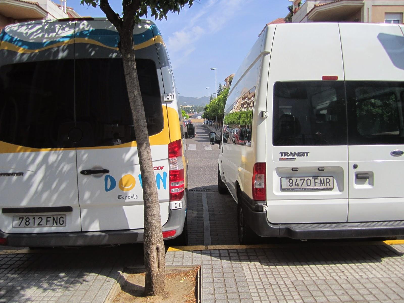 Entre furgonetas queda un espacio aproximado de 80 centímetros.