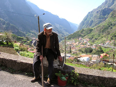 Campesino en Madeira, Portugal, La vuelta al mundo de Asun y Ricardo, round the world, mundoporlibre.com