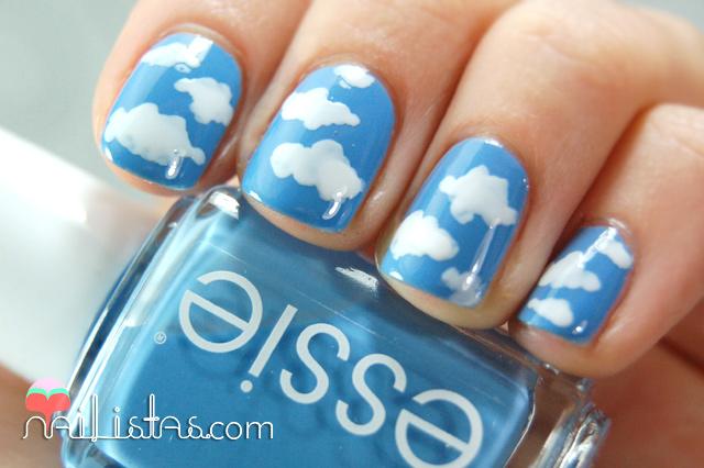 uñas decoradas con nubes // Essie Lapiz of Luxiry // Azul
