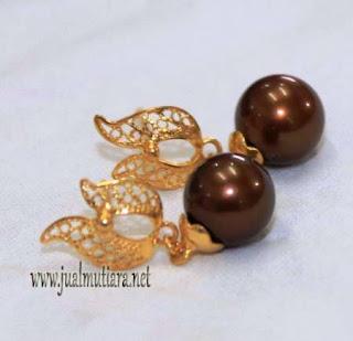giwang emas mutiara air laut coklat