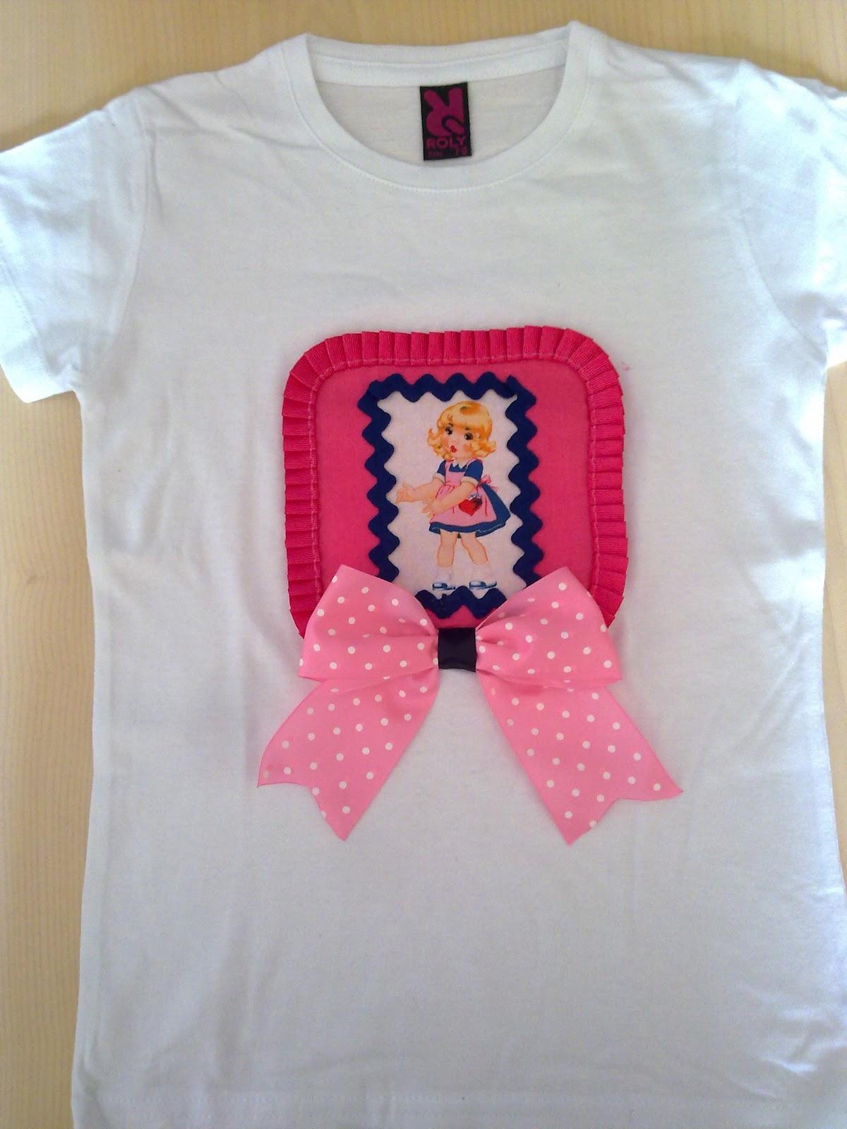 Camiseta de niña hecha a mano con detalle de muñeca, plisado y tripa de pollo