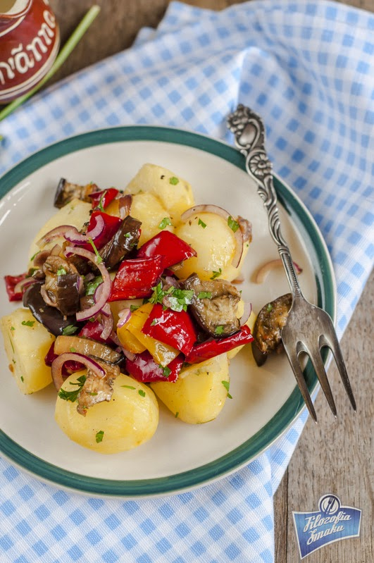 Sałatka ziemniaczana z pieczonymi warzywami