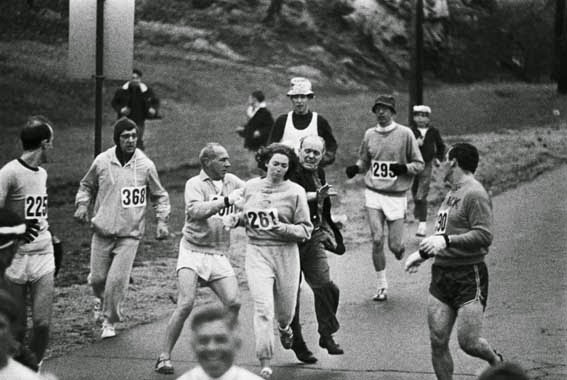 52 photos of women who changed history forever - Kathrine Switzer was the first woman who ran the Boston Marathon, despite the organizers' efforts to stop her (1967).