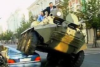 นายกใช้รถถังขับทับรถยนต์คันหรูที่จอดอย่างผิดกฎหมาย !!!!!
