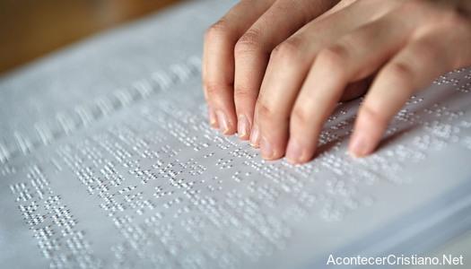 La primera Biblia en braille