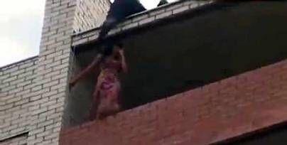 بالصور والفيديو… ذكاء إطفائي ينقذ فتاة من الانتحار قفزا من شرفتها !!!!