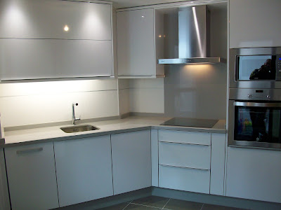 Sfc muebles sostenibles y creativos cocinas - Cocina blanca mate ...