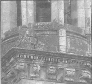 Fachada de una iglesia orientada al norte, lo que provoca humedades que a suvez provocan la aparición de moho.