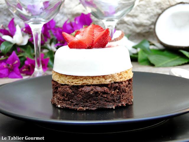 L'entremets Forchy (brownies chocolat, sablé breton, panna cotta à lanoix de coco, coulis de fraises)