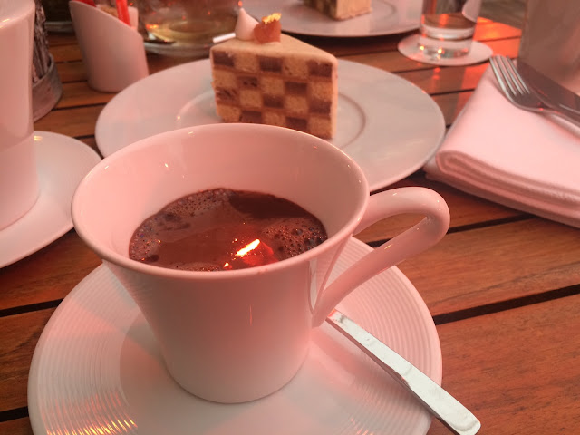 Hot chocolate and Cake Damier at the Westin Paris-Vendome, Terråsse Skåndinäve