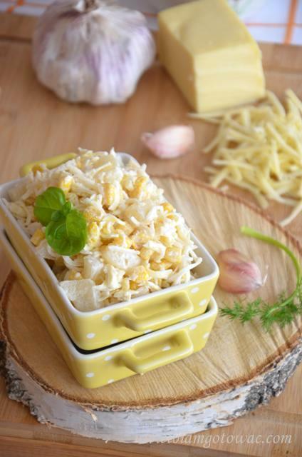 Czosnkowa sałatka z ananasem i serem żółtym