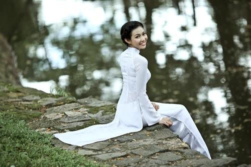 Hot Girl Bich Khanh tinh khôi trong tà áo dài dân tộc