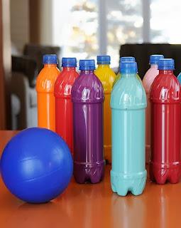 http://translate.google.es/translate?hl=es&sl=en&tl=es&u=http%3A%2F%2Fwww.meetthedubiens.com%2F2012%2F01%2Fplastic-bottle-bowling.html