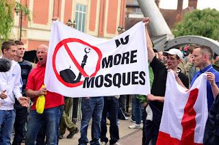 "BANUASYARIAH.COM, NEW YORK -- Editor Charlie Hebdo, majalah satir asal Prancis telah mengumumkan keputusannya untuk berhenti menggambar karikatur nabi Muhammad. Charlie Hebdo menganggap pembuatan karikatur nabi Muhammad tak ubahnya memancing kemarahan umat Islam.  Kabar 'pensiunnya' sang editor direspons negatif aktivis anti-Islam Amerika, Pamela Geller. Sosok yang menjadi otak kontes menggambar nabi Muhammad di Texas itu mengaku kesal, lantaran ini dianggapnya sebagai kemenangan para pejihad.  ""Jihadis menang,"" kata Geller dilansir WND seperti dikutip laman republika.co.id, Senin (27/7/2015)."