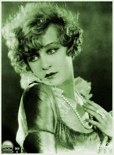 foto vintage chica antigua con collar de perlas en verde