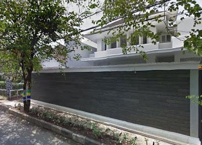 pagar  tinggi warna hitam