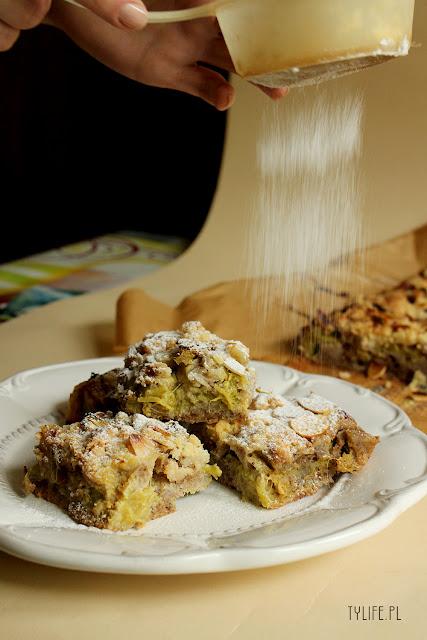 ciasro z rabarbarem i kruszonką, ciasto z migdałami i rabarbarem, szybkie ciasto z rabarbarem, rhubarb cake, rhubarb crumble,