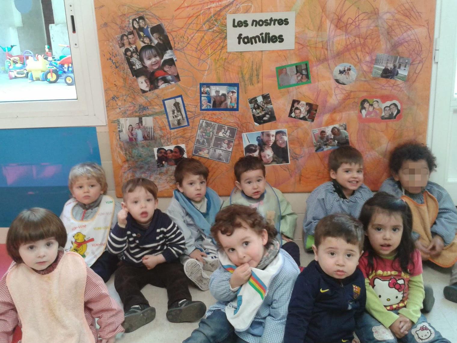 L'Héctor amb els seus companys davant la foto de família de la classe!