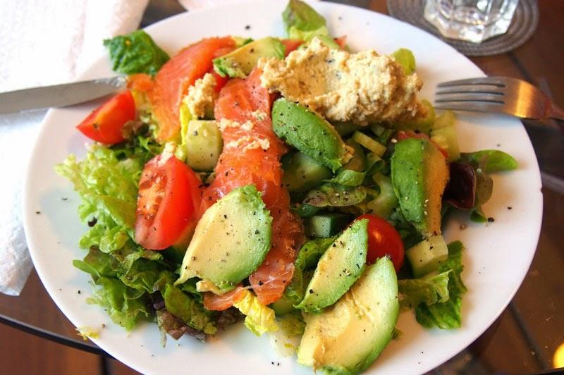 Hummus toimii salaatin lisukkeena