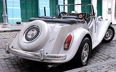 Num estado brasileiro relativamente próximo da África e da Europa, rico em influências portuguesas e holandesas, rodam lindos conversíveis inspirados na tradição inglesa com tecnologia alemã.