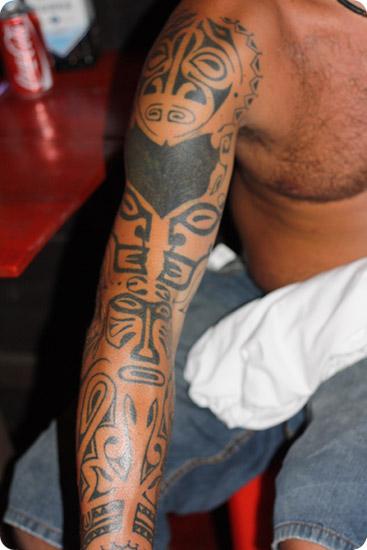 tatuera över svart tatuering