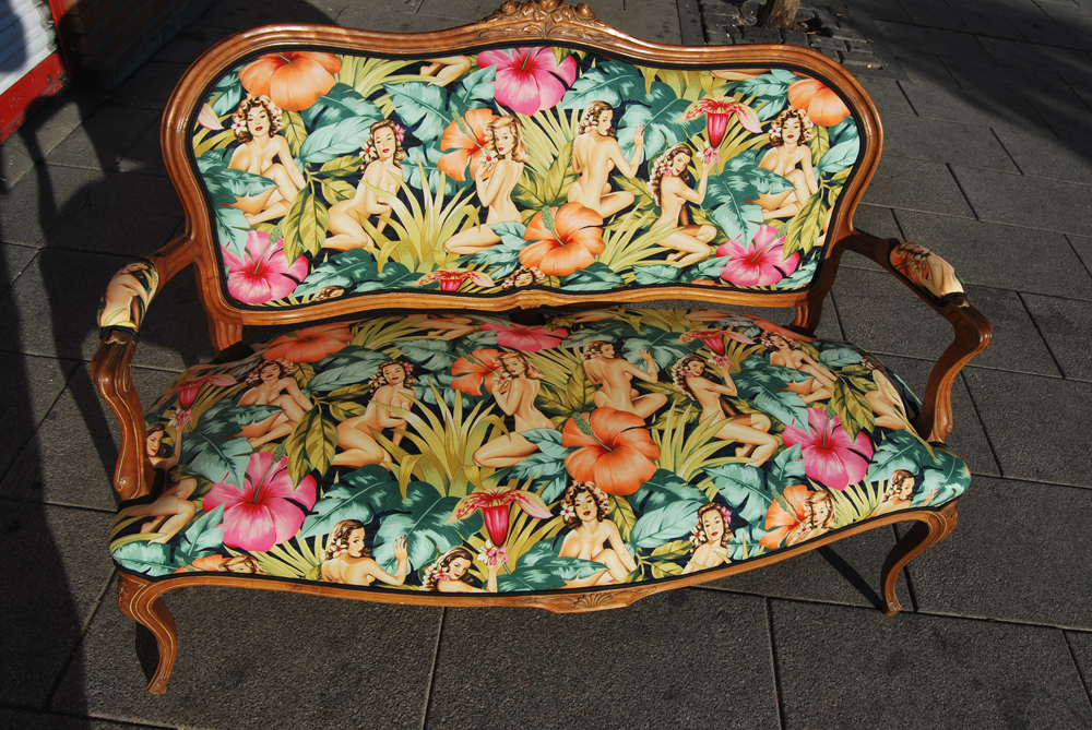 La tapicera sofa luis xv tapizado con tela de pin ups - Telas para tapizar modernas ...