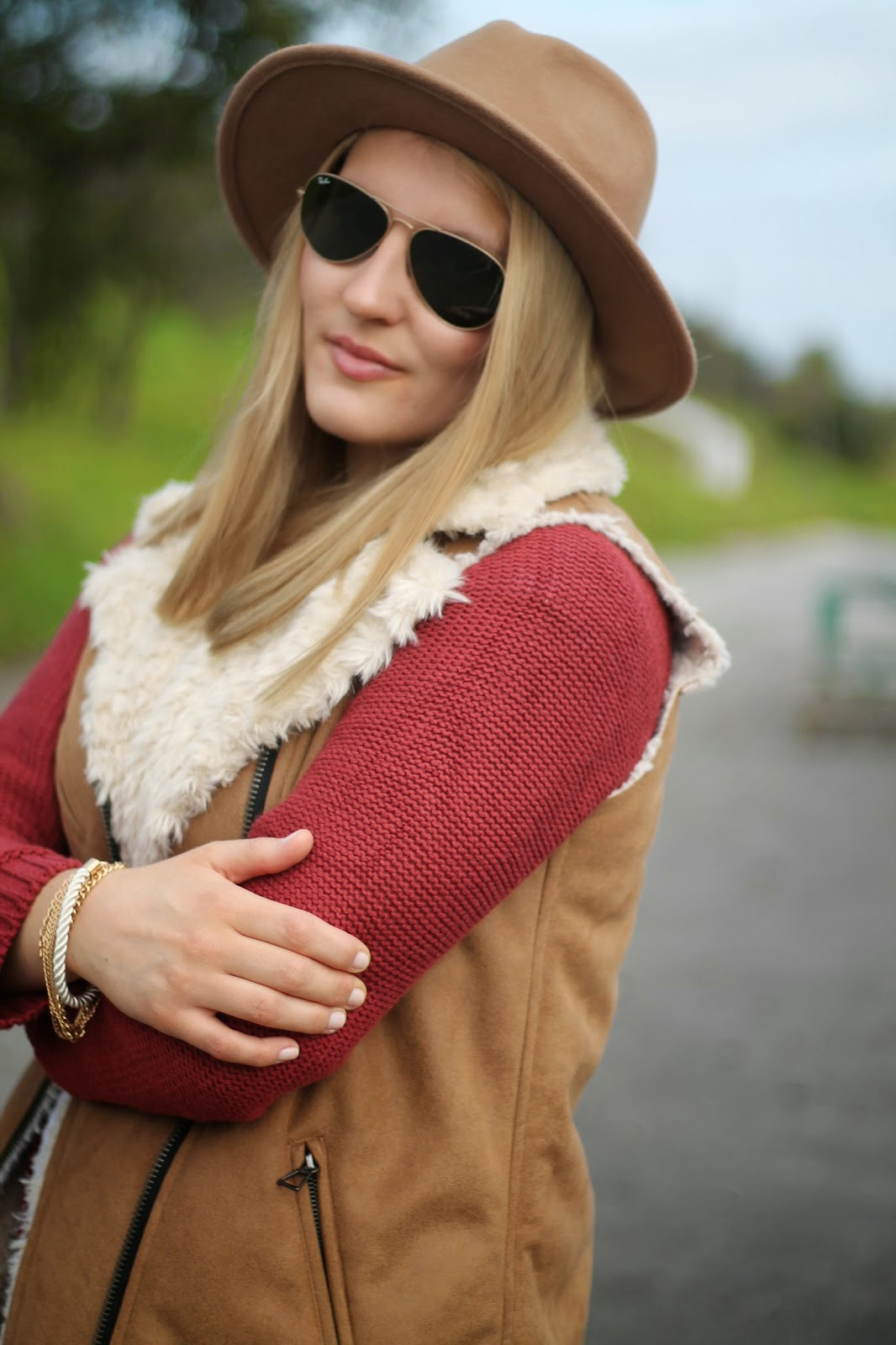 Fashionblogger Austria / Österreich / Deutsch / German / Kärnten / Carinthia / Klagenfurt / Köttmannsdorf / Spring Look / Classy / Edgy / Autumn / Autumn Style 2014 / Autumn Look / Fashionista Look / Fake Fur Lamb Sheet Vest Zara / Hat Beige Zara / Red Cardigan Roter Cardigan Ernsting's Family / Schwarze Skinny Jeans Black H&M / Beige Brown Loafers Forever 21/ Ray Ban Sunglasses Aviator Pilotenbrille / Louis Vuitton Neverufull Monogramm MC /