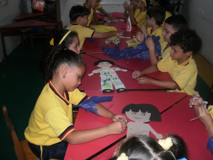 Boleamos papel para rellenar las figuras de nuestro mural