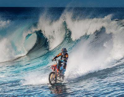 Membelah Ombak Pantai Tahiti Dengan Mengendarai Motor