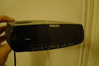 Radio reloj despertador Philips aparentemente intacto y destruido internamente