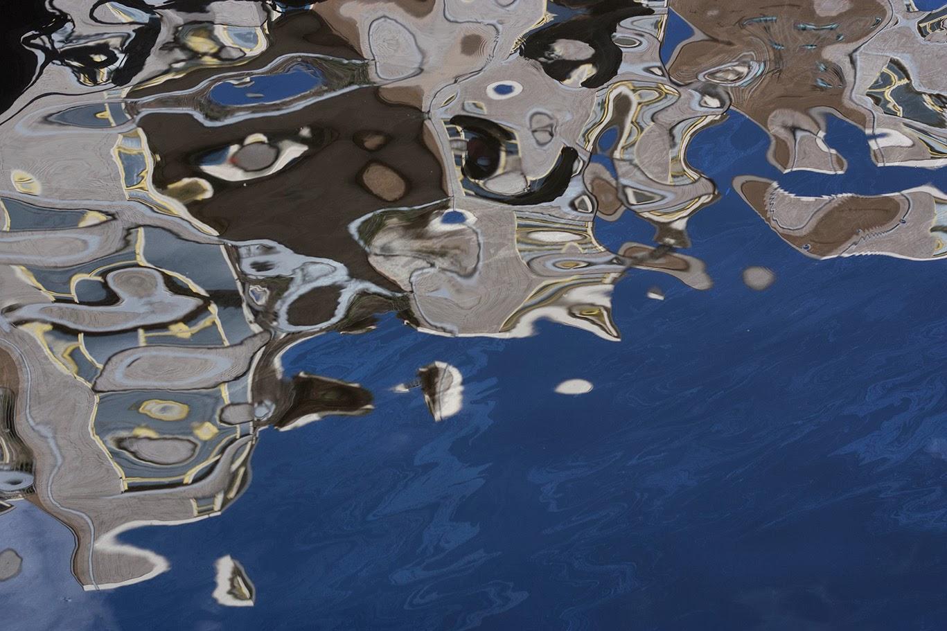 abstracte reflectie in blauw water