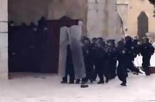 Pasukan Israel Serang Jamaah Shalat Masjid Al-Aqsha