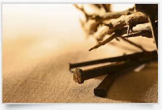 Σαν τα καρφιά που κάρφωσαν τον Χριστό μας στον Σταυρό του,