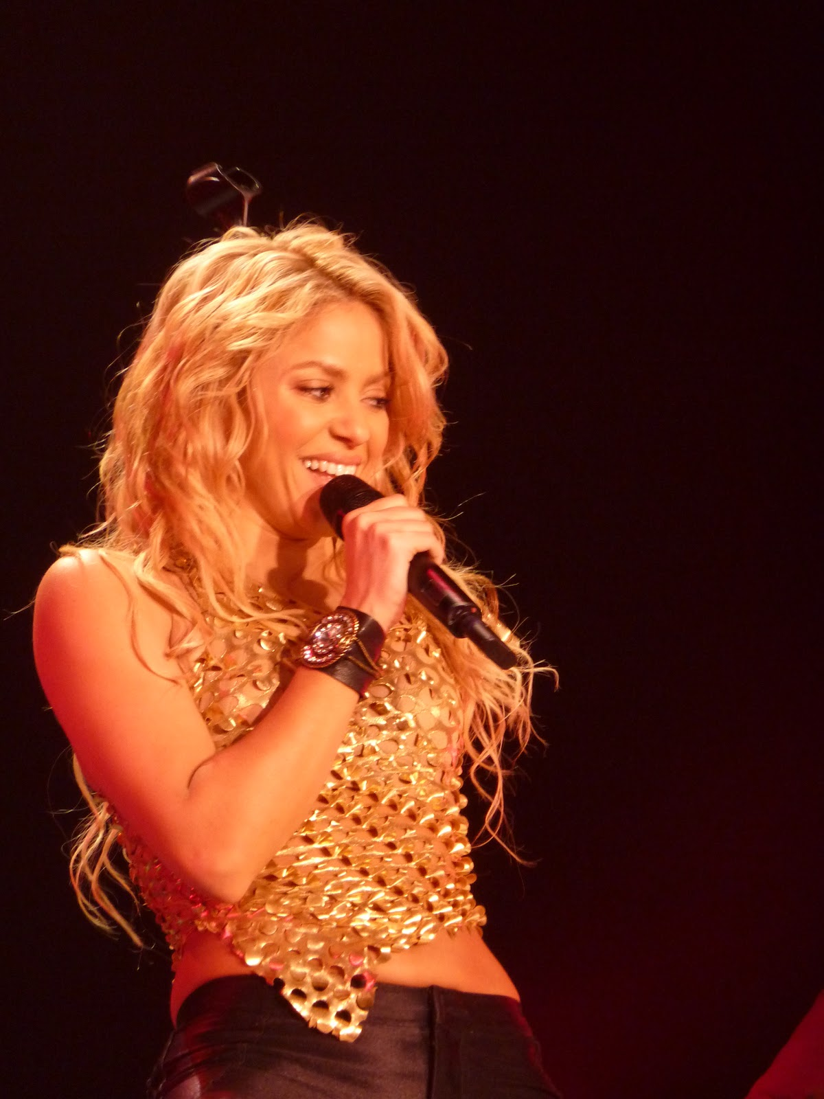 http://2.bp.blogspot.com/-HFw8acwYetU/TiZLHXfu67I/AAAAAAAAAds/pTIJzvoWcdE/s1600/Shakira+-+Loca+2.jpg