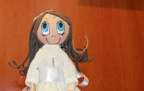 fofucha de comunión niña con vestido hecho a mano