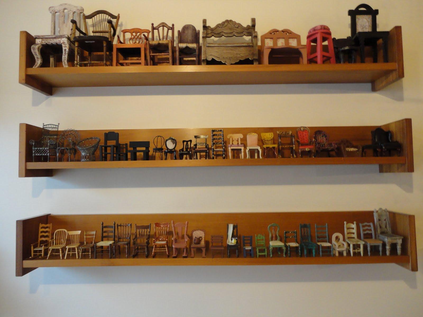 Na sala de estar tres prateleiras de madeira acima do sofá com a  #703D18 1600x1200