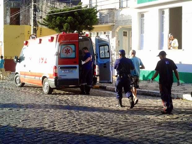 Homem foi levado em uma ambulância para o hospital da cidade (Foto: Emerson Rocha / site bahiaacontece.com)