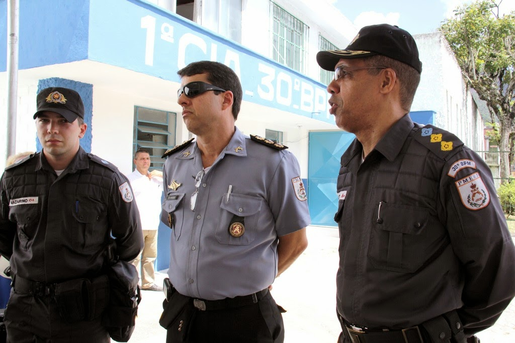 (da esquerda para a direita) Tenente Mazzarino, comandante Regional da PM,  coronel James Barros, e o comandante do 30º BPM, , tenente-coronel Márcio Vaz Lima